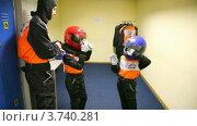 Купить «Отец помогает сыну одеть костюм для картинга», видеоролик № 3740281, снято 23 июня 2011 г. (c) Losevsky Pavel / Фотобанк Лори