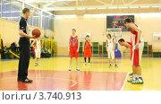 Купить «Молодые спортсмены команд ЦСКА и Трудовые резервы играют в баскетбол в  Российском Университете Физкультуры, Спорта и Туризма», видеоролик № 3740913, снято 23 июня 2011 г. (c) Losevsky Pavel / Фотобанк Лори