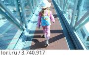 Купить «Маленькая девочка идет по стеклянному коридору в аэропорту», видеоролик № 3740917, снято 16 апреля 2006 г. (c) Losevsky Pavel / Фотобанк Лори