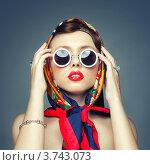 Портрет девушки в ярком платке и круглых солнцезащитных очках. Стоковое фото, фотограф Яна Застольская / Фотобанк Лори