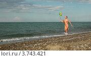 Купить «Женщина с красочной игрушкой пробегает вдоль моря», видеоролик № 3743421, снято 21 мая 2011 г. (c) Losevsky Pavel / Фотобанк Лори