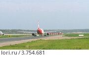Купить «Самолет набирает скорость на взлетно-посадочной полосе, таймлапс», видеоролик № 3754681, снято 27 сентября 2011 г. (c) Losevsky Pavel / Фотобанк Лори