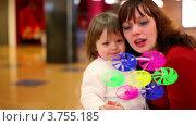 Купить «Мама с дочкой дуют на игрушечный ветряк», видеоролик № 3755185, снято 27 октября 2011 г. (c) Losevsky Pavel / Фотобанк Лори