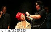 Купить «Тим Хартли использует лак для модели на Davines Hair Show 2010», видеоролик № 3755333, снято 28 ноября 2011 г. (c) Losevsky Pavel / Фотобанк Лори