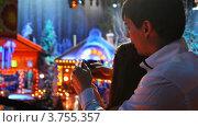 Купить «Молодые люди на новогодней вечеринке снимают на мобильные телефоны», видеоролик № 3755357, снято 1 декабря 2011 г. (c) Losevsky Pavel / Фотобанк Лори