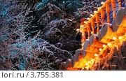 Купить «Уголок террасы украшен праздничными мигающими желтыми огнями», видеоролик № 3755381, снято 25 ноября 2011 г. (c) Losevsky Pavel / Фотобанк Лори