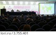 Купить «Люди слушают лекторов в зале презентаций на международной выставке», видеоролик № 3755401, снято 8 ноября 2011 г. (c) Losevsky Pavel / Фотобанк Лори