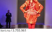 Купить «Женщина в красном костюме и в шляпе от Славы Зайцева на подиуме», видеоролик № 3755961, снято 10 сентября 2011 г. (c) Losevsky Pavel / Фотобанк Лори