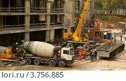 Купить «Разгрузка грузовика с металлическими прутьями на стройплощадке», видеоролик № 3756885, снято 27 августа 2011 г. (c) Losevsky Pavel / Фотобанк Лори