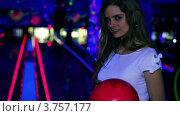 Купить «Девушка стоит на фоне дорожки в боулинг клубе и держит шар в руках», видеоролик № 3757177, снято 22 декабря 2011 г. (c) Losevsky Pavel / Фотобанк Лори