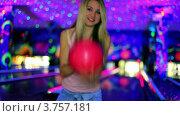Купить «Танцующая девушка с шаром для боулинга», видеоролик № 3757181, снято 26 декабря 2011 г. (c) Losevsky Pavel / Фотобанк Лори