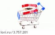 Купить «Игрушечная челюсть в магазинной тележке», видеоролик № 3757201, снято 27 октября 2011 г. (c) Losevsky Pavel / Фотобанк Лори