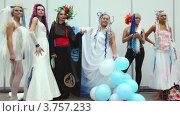 Купить «Модели с необычными прическами стоят в ряд», видеоролик № 3757233, снято 30 сентября 2011 г. (c) Losevsky Pavel / Фотобанк Лори