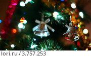 Купить «Игрушечные колокольчики висят на ветках новогодней елки, переливающейся огнями», видеоролик № 3757253, снято 30 сентября 2011 г. (c) Losevsky Pavel / Фотобанк Лори