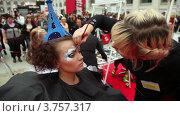 Купить «Визажист накладывает макияж модели с оригинальной прической на XVII Международном фестивале Мир красоты 2010», видеоролик № 3757317, снято 1 октября 2011 г. (c) Losevsky Pavel / Фотобанк Лори