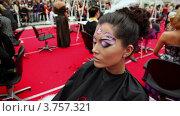 Купить «Визажист накладывает макияж модели с оригинальной прической на XVII Международном фестивале Мир красоты 2010», видеоролик № 3757321, снято 30 сентября 2011 г. (c) Losevsky Pavel / Фотобанк Лори