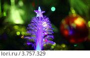 Купить «Искусственная елка со звездой на макушке переливается на фоне новогодней ели с шарами на ветках», видеоролик № 3757329, снято 14 сентября 2011 г. (c) Losevsky Pavel / Фотобанк Лори