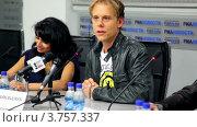 Купить «Известный датский Диджей Armin Van Buuren на пресс конференции», видеоролик № 3757337, снято 18 декабря 2011 г. (c) Losevsky Pavel / Фотобанк Лори