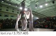 """Купить «Модель в кокошнике выступает на сцене выставочного комплекса """"Гостиный Двор""""», видеоролик № 3757405, снято 30 сентября 2011 г. (c) Losevsky Pavel / Фотобанк Лори"""