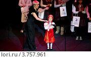Купить «Маленькая девочка поет на сцене на фоне победителей Олимпиады по Русскому языку среди иностранных детей», видеоролик № 3757961, снято 26 декабря 2011 г. (c) Losevsky Pavel / Фотобанк Лори