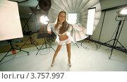 Купить «Молодая модель ходит и танцует в фото студии», видеоролик № 3757997, снято 30 ноября 2011 г. (c) Losevsky Pavel / Фотобанк Лори