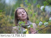 Мечтающая девушка с веткой черемухи. Стоковое фото, фотограф Михеев Павел / Фотобанк Лори