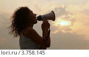 Купить «Женщина стоит и говорит что-то в мегафон», видеоролик № 3758145, снято 22 октября 2011 г. (c) Losevsky Pavel / Фотобанк Лори