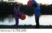 Купить «Дети держат в руках бумажные фонарики», видеоролик № 3759245, снято 13 августа 2011 г. (c) Losevsky Pavel / Фотобанк Лори