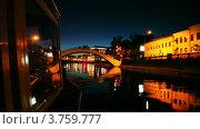 Теплоход подплывает к небольшому мосту через Москву-реку поздним вечером (2011 год). Стоковое видео, видеограф Losevsky Pavel / Фотобанк Лори