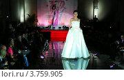 Купить «Модель в свадебном платье на подиуме на Вечере французской моды», видеоролик № 3759905, снято 9 октября 2011 г. (c) Losevsky Pavel / Фотобанк Лори