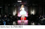 Купить «Модель в коротком белом свадебном платье с юбкой из перьев на подиуме», видеоролик № 3759961, снято 9 октября 2011 г. (c) Losevsky Pavel / Фотобанк Лори