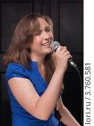 Девушка поет в микрофон в студии. Стоковое фото, фотограф Vycheslav Leskovskiy / Фотобанк Лори
