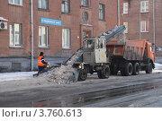 Снегоуборочная машина загружает снег в грузовик (2011 год). Редакционное фото, фотограф Пашка Харлов / Фотобанк Лори