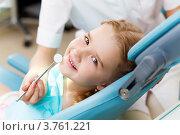Портрет улыбающейся симпатичной русой девочки на приёме у женщины-стоматолога. Стоковое фото, фотограф Sergey Nivens / Фотобанк Лори