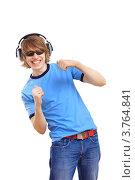 Купить «Радостный молодой мужчина в синей футболке с большими наушниками», фото № 3764841, снято 14 июня 2012 г. (c) Sergey Nivens / Фотобанк Лори