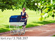Женщина гуляет с коляской в летнем парке. Стоковое фото, фотограф Екатерина Штерн / Фотобанк Лори
