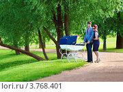 Молодая стильная пара родителей с коляской в летнем парке. Стоковое фото, фотограф Екатерина Штерн / Фотобанк Лори