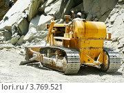 Купить «Бульдозер на горных работах», фото № 3769521, снято 30 июня 2012 г. (c) Дмитрий Калиновский / Фотобанк Лори