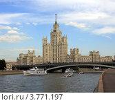 Купить «Москва. Высотный дом на Котельнической набережной», фото № 3771197, снято 14 июля 2012 г. (c) АЛЕКСАНДР МИХЕИЧЕВ / Фотобанк Лори