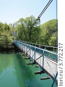 Подвесной пешеходный мост через реку (2012 год). Стоковое фото, фотограф Ольга Хлудова / Фотобанк Лори