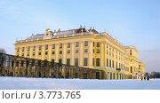 Купить «Туристы идут во Дворец Шенбрунн, таймлапс», видеоролик № 3773765, снято 3 марта 2012 г. (c) Losevsky Pavel / Фотобанк Лори