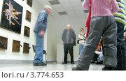 Купить «Гид рассказывает о космических кораблях посетителям Звездного городка, таймлапс», видеоролик № 3774653, снято 4 марта 2012 г. (c) Losevsky Pavel / Фотобанк Лори