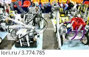 Купить «Много игрушечных роботов на фоне детей», видеоролик № 3774785, снято 2 февраля 2012 г. (c) Losevsky Pavel / Фотобанк Лори