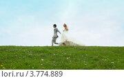 Молодожены бегут на фоне голубого неба над полем летом. Стоковое видео, видеограф Losevsky Pavel / Фотобанк Лори