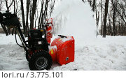 Купить «Мужчина убирает снег с дороги с помощью специального прибора», видеоролик № 3775101, снято 28 декабря 2011 г. (c) Losevsky Pavel / Фотобанк Лори