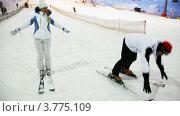 Инструктор показывает упражнения девушке на лыжах. Стоковое видео, видеограф Losevsky Pavel / Фотобанк Лори