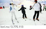Лыжный инструктор учит девушку и маленького мальчика. Стоковое видео, видеограф Losevsky Pavel / Фотобанк Лори