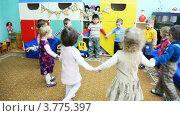 Купить «Дети водят хоровод в детском саду № 143», видеоролик № 3775397, снято 5 марта 2012 г. (c) Losevsky Pavel / Фотобанк Лори