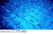 Купить «Бокалы стоят на столе в голубом свете», видеоролик № 3775485, снято 20 января 2012 г. (c) Losevsky Pavel / Фотобанк Лори