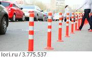 Купить «Защитный барьер из красных полосатых колонн на дороге», видеоролик № 3775537, снято 28 января 2012 г. (c) Losevsky Pavel / Фотобанк Лори